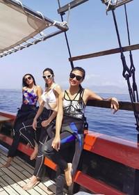 Sepertinya Nia Ramadhani akan diving menikmati bawah laut Labuan Bajo. Dalam captionnya dia menuliskan Finally nyobain diving😜😜with my buddy!. Kita tunggu update divingnya ya Nia! (ramadhaniabakrie/Instagram)