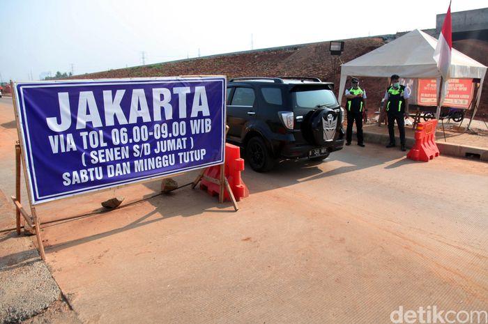 Pintu Tol Krukut, Depok, Jawa Barat, diberlakukan sistem buka-tutup. Sejumlah mobil terlihat melintasi jalur tersebut, Kamis (24/10/2019).