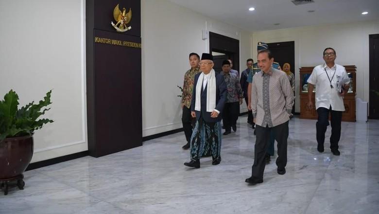 Maruf Amin Pakai Sarung di Sidang Kabinet Perdana