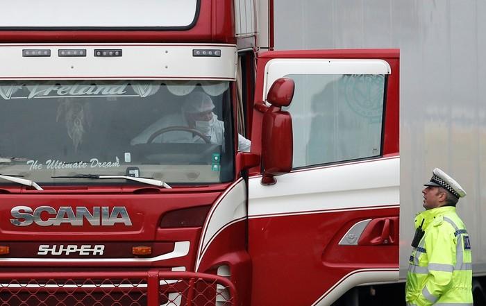Polisi Inggris memindahkan truk kontainer yang memuat 39 jasad (REUTERS/Peter Nicholls)