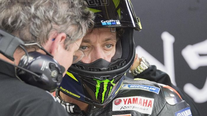 MOTEGI, JAPAN - OCTOBER 19: Valentino Rossi of Italy and Yamaha Factory Racing  speaks with mechanic in box during the MotoGP of Japan - Qualifying at Twin Ring Motegi on October 19, 2019 in Motegi, Japan. (Photo by Mirco Lazzari gp/Getty Images)