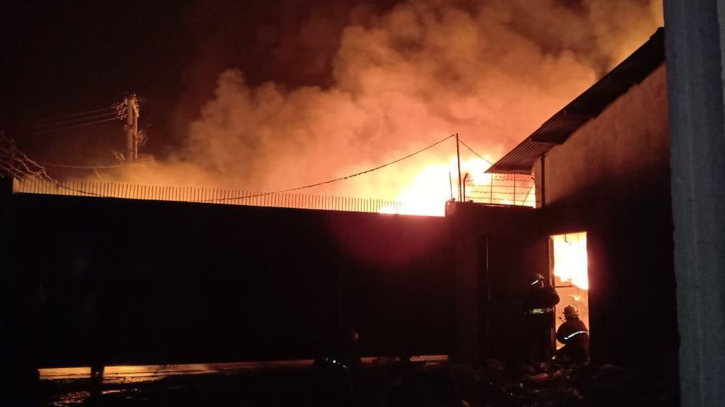 Gudang Plastik di Kosambi Tangerang Terbakar, 5 Unit Damkar Dikerahkan