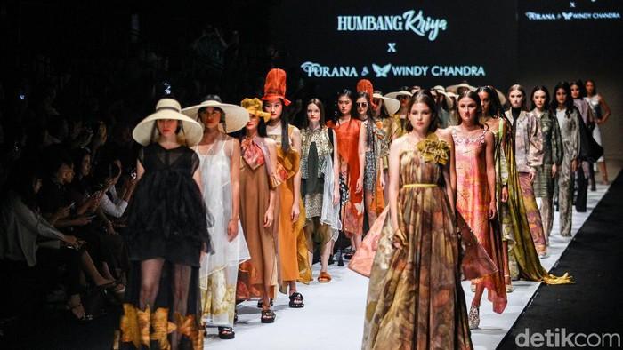 Koleksi Humbang Kriya x Purana dan Windy Chandra di Jakarta Fashion Week 2020. (Foto: Rifkianto Nugroho/detikfoto)