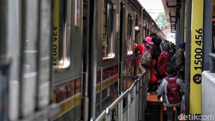 Desak-desakan di KRL memang bisa jadi pemicu stres. (Foto: Pradita Utama)