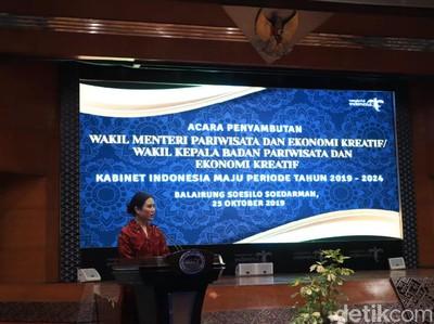 Potret Perdana Wakil Menteri Angela Tanoe di Kantornya