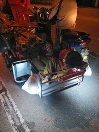 Foto viral bocah yang tertidur di motor usai bantu kakek berjualan ini bikin terharu