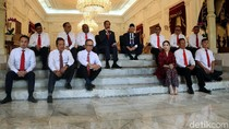 Begini Momen Jokowi Lesehan Bareng 12 Wakil Menteri