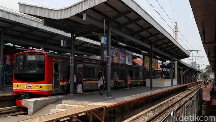 Tiga rute KRL di Stasiun Manggarai disetop sementara karena adanya switch over (SO) di stasiun tersebut. Berikut foto situasi terkini di Stasiun Manggarai.