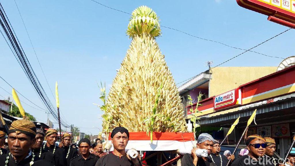 Puluhan Ribu Apem Diperebutkan Warga dalam Tradisi Saparan di Boyolali