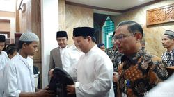 Prabowo Salat Jumat di Masjid Kemhan dan Santuni Anak Yatim