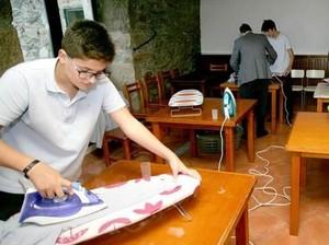 Dukung Kesetaraan Gender, Sekolah Ini Ajarkan Murid Pria Cuci & Setrika Baju