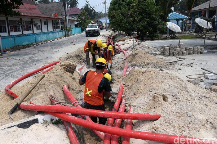 Sejumlah pekerja tengah sibuk melakukan pemasangan kabel listrik bawah tanah di salah satu pulau terdepan Indonesia, yaitu Pulau Natuna, Kepulauan Riau.
