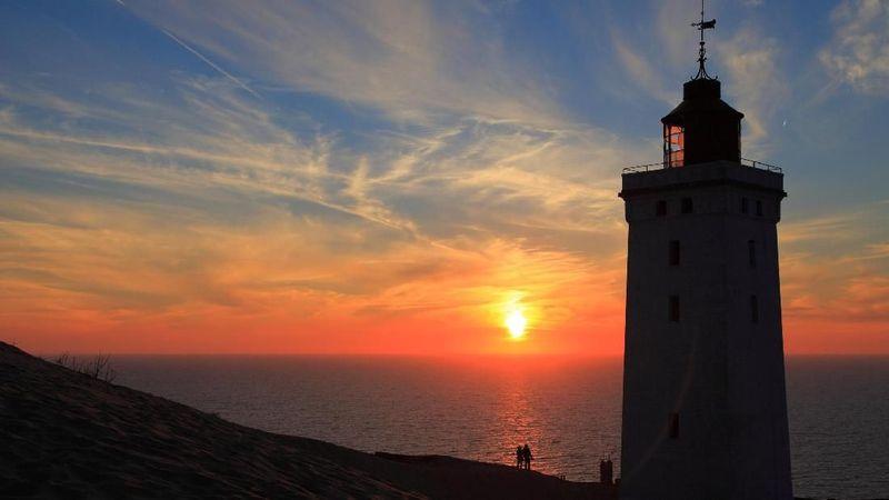 Rubjerg Knude Lighthouse, begitulah nama mercusuar bersejarah yang ada di Jutland, Denmark. Usianya sudah 120 tahun dan terancam roboh karena abrasi. (iStock)
