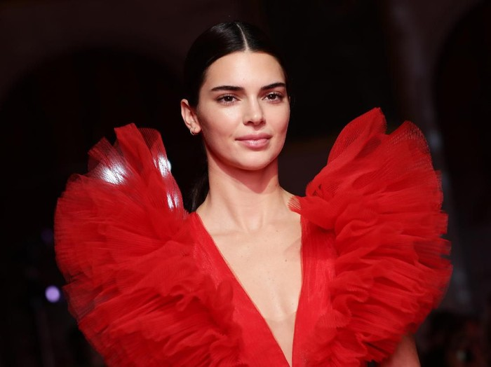 ROME, ITALY - OCTOBER 24: Kendall Jenner walks the runway during the Giambattista Valli Loves H&M show on October 24, 2019 in Rome, Italy. (Photo by Vittorio Zunino Celotto/Getty Images)