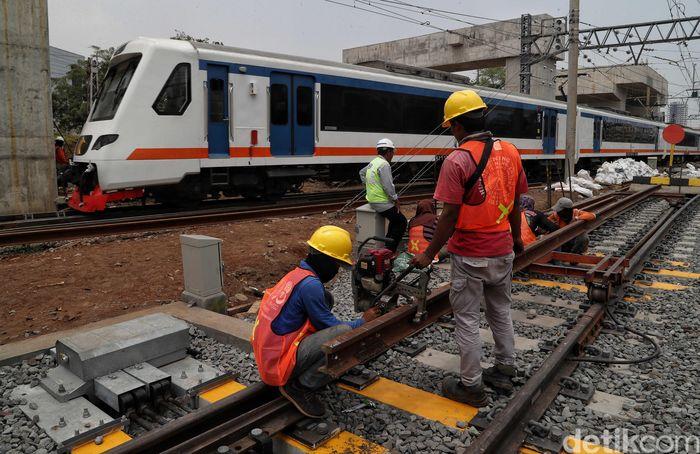 Petugas melakukan pemeriksaan rel kereta di Stasiun Manggarai, Jakarta, Jumat (25/10/2019).