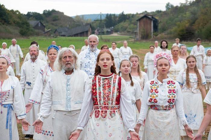 Film Midsommar merupakan film garapan Ari Aster, yang sukses membuat film Herditary. Di film bernuansa horror ini, penonton akan diajak untuk masuk ke dalam cerita yang menyeramkan di siang hari. Foto: Istimewa