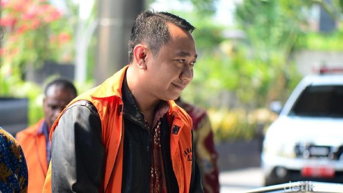 Bupati Nonaktif Lampung Utara Agung Ilmu Mangkunegara diperiksa KPK. Pemeriksaan itu terkait dengan kasus suap yang menjerat dirinya.