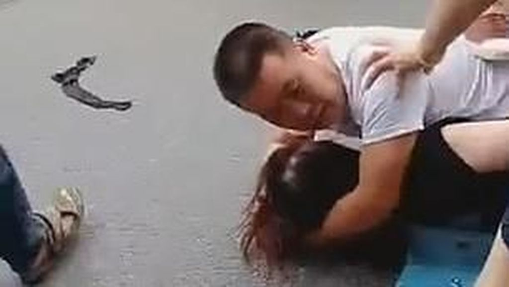 Video Pria Peluk dan Lindungi Pelakor yang Dipukuli Istrinya Ini Viral