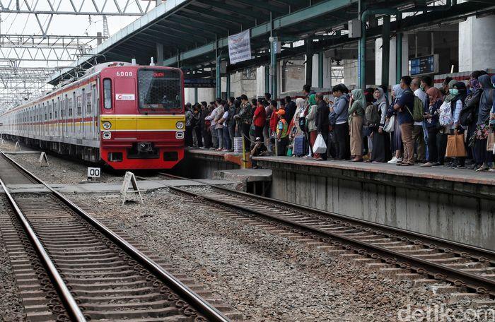 Sebanyak 3 rute KRL akan dihentikan sementara mulai malam ini, Jumat (25/10/2019), menyusul adanya switch over (SO) atau penonaktifan jalur sementara di Stasiun Manggarai.