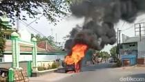 Sebuah Minibus Terbakar Habis di Probolinggo, Sopir Selamat