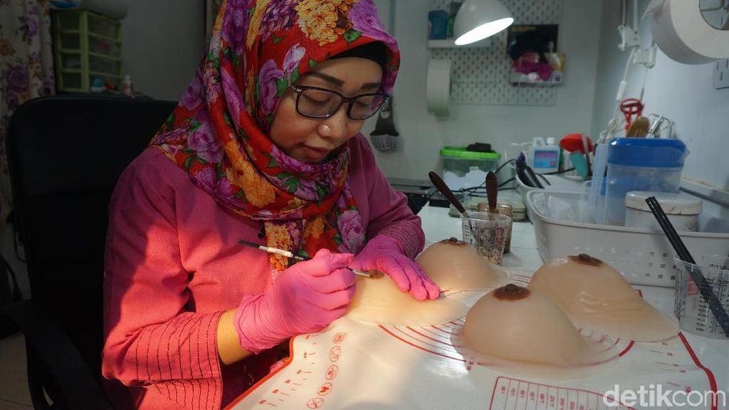 Foto: Payudara Prostetik yang Tampak Asli dan Proses Pembuatannya