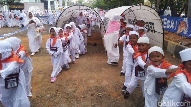 Melihat Keseruan 6.000 Bocah TK dan PAUD Belajar Haji di Ciamis