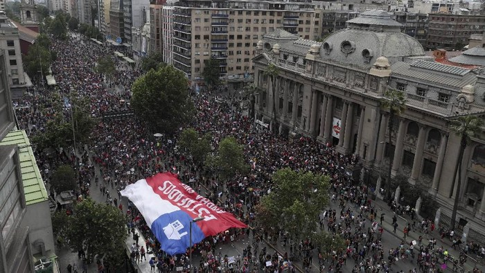Foto: Satu juta warga Chile turun ke jalan (AP Photo/Esteban Felix)