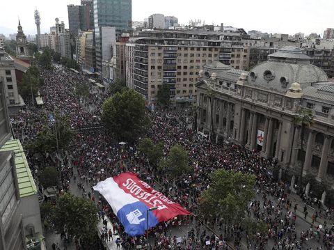 Warga Chile turun ke jalan dalam unjuk rasa antipemerintah