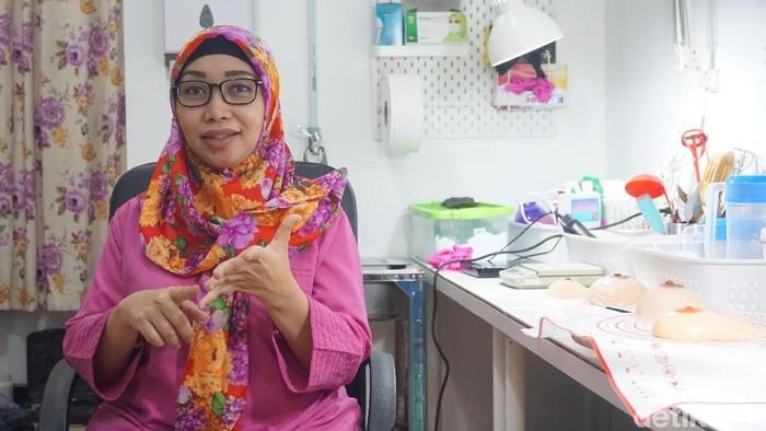 Desy, pengrajin payudara prostetik. Foto: Widiya Wiyanti/detikHealth