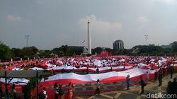 Ribuan Pelajar Surabaya Kirab Merah Putih Keliling Tugu Pahlawan