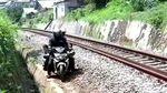 Duh, Pemotor di Sukabumi Terobos Rel Kereta Demi Hindari Razia
