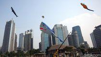 Aneka Layang-layang Beragam Bentuk Hiasi Langit Ibu Kota