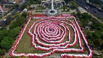 Bendera Merah Putih Hiasi Tugu Pahlawan di Surabaya