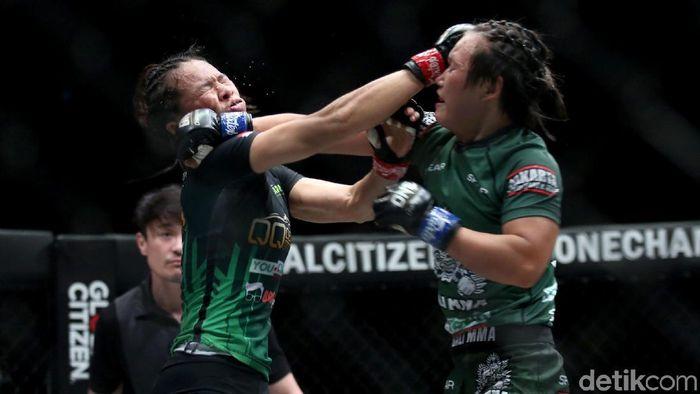 Priscilla Hertati Lumban Gaol kalahkan petarung Myanmar Bozhena Antoniyar. Hal itu membuatnya makin dekat raih gelar juara dunia MMA One Championship kelas atom.