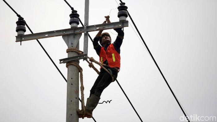 Pembangunan dan pemeliharaan infrastruktur listrik terus dilakukan PLN di seluruh wilayah Indonesia. Tak terkecuali di perbatasan, seperti di Kabupaten Natuna.