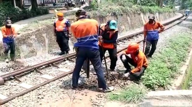 Hindari Razia, Pemotor di Sukabumi Nekat Terobos Rel Kereta