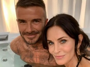 Bikin Heboh, Courteney Cox Foto Bareng David Beckham di Hot Tub