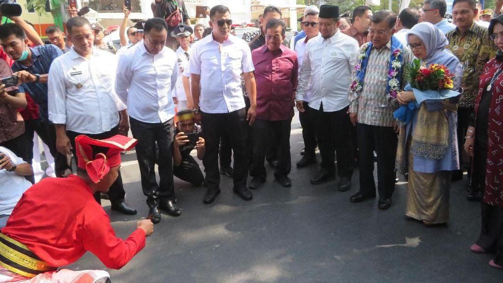 Tiba di Kediaman, JK Disambut Warga dengan Tradisi Makassar Angngaru