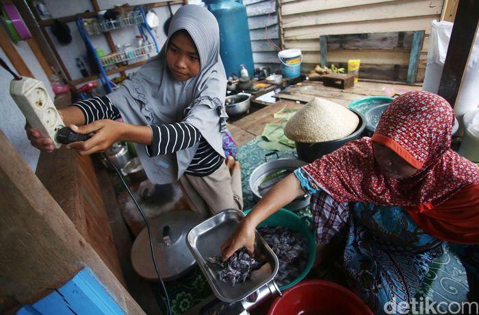 Ratnawati sedang membuat kerupuk di Desa Tanjung Kumbik Utara, Kecamatan Pulau Tiga, Natuna, Kepulauan Riau.