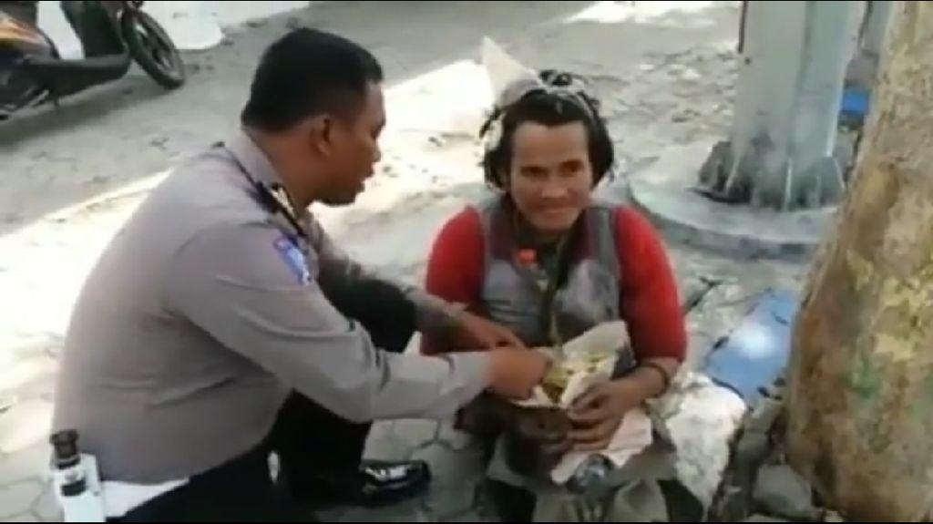 Kisah Polisi Memberi Makan Pria dengan Gangguan Jiwa Tuai Pujian
