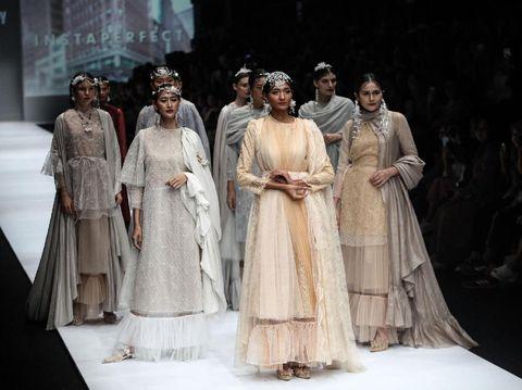 Busana modest wear karya Barli Asmara.