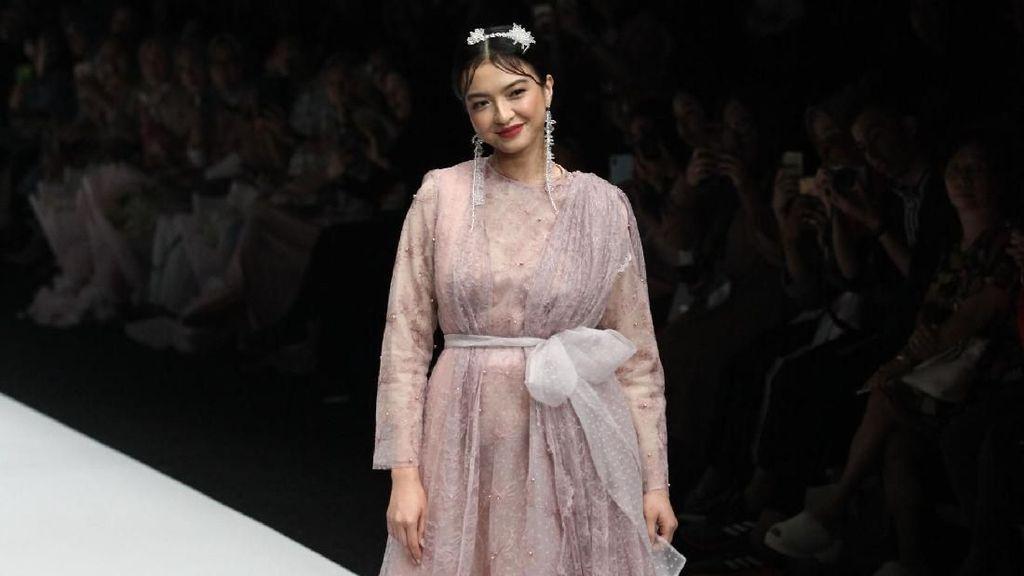 Karya Zaskia Sungkar hingga Baju Teknologi Thermal di Jakarta Fashion Week