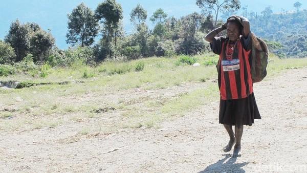 Noken adalah tradisional khas Papua berbahan serat kulit kayu atau bahan alami lainnya, fungsi noken tergantung ukuran. Noken berukuran besar untuk membawa hasil kebun, menggendong bayi atau membawa anak babi. Noken berukuran sedang berfungsi untuk membawa buku. Noken berukuran kecil untuk menyimpan ponsel. Foto: (Afif Farhan/detikcom)