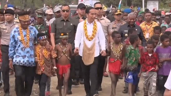 Presiden Jokowi saat berkunjung ke Papua beberapa waktu lalu mengenakan noken. Noken dipakai dengan mengaitkan tali noken di kepala atau diselempangkan di badan. Terdapat banyak jenis noken di Papua. Masing-masing suku memiliki ciri khas noken tersendiri dengan nama sesuai bahasa daerah masing-masing. Foto: (Youtube/ Sekretariat Presiden)