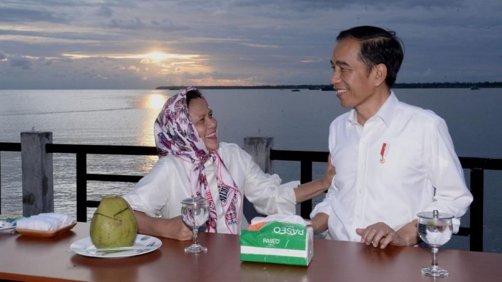 Saat Jokowi Menikmati Senja Bareng Iriana di Taman Kota Kaimana