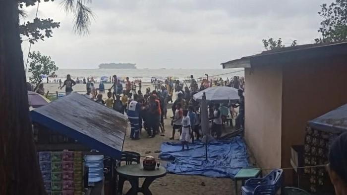 Foto: Suasana setelah kapal wisata terbalik di Pariaman, Sumbar (Dok. Istimewa)