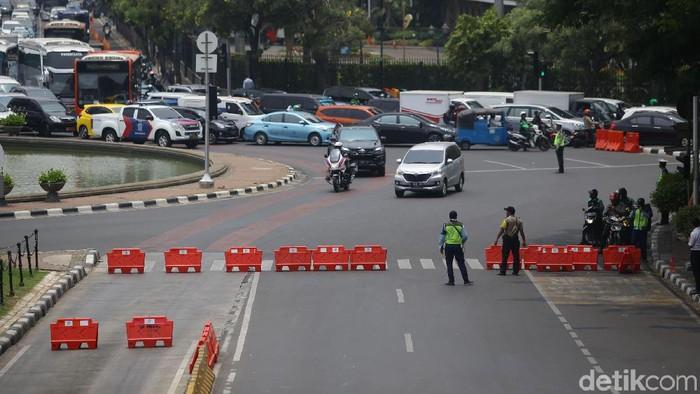 Polisi menutup akses sekitar Istana Negara menjelang demonstrasi yang direncanakan diikuti mahasiswa dari berbagai universitas.