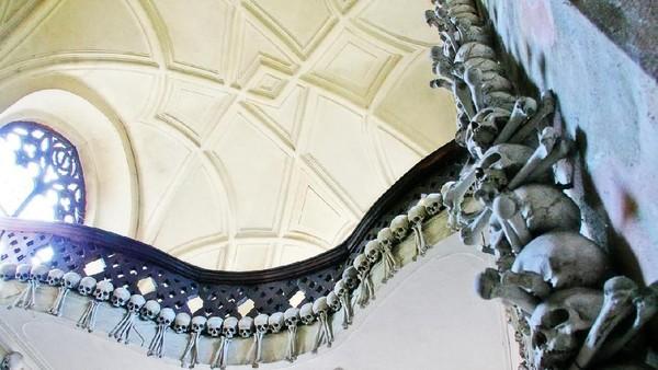 Tengkorak dan tulang disusun di sisi ruangan. Bahkan pada lantai dua gereja (iStock)