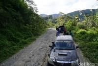 Trek pertama yang paling berbahaya yakni di KM 5 sampai KM 18 karena terdapat jurang terjal dan rusak jalannya. Trek kedua ada di wilayah Apui dan ketiga ada di Jalur Gunung Maut (Ahmad Masaul Khoiri/detikcom)