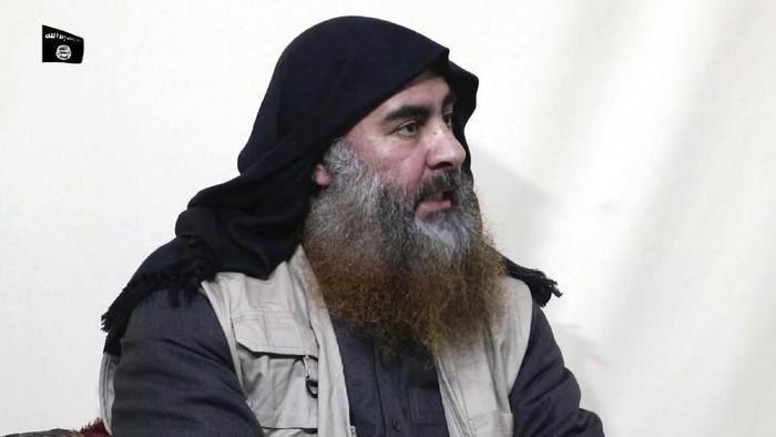 Abu Bakr al-Baghdadi dalam foto yang dirilis ISIS pada April 2019 lalu. Dalam foto ini, Baghdadi sedang diwawancarai oleh sayap media propaganda ISIS, Al-Furqan (Al-Furqan media via AP, File)